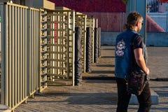 MOSKOU, RUSLAND - Mei 23, 2018: De mensen gaan door turnstiles over bij de ingang aan Spartak-stadion dat gastheren de gelijken v Stock Fotografie