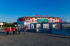MOSKOU, RUSLAND - Mei 23, 2018: De mensen gaan door turnstiles over bij de ingang aan Spartak-stadion dat gastheren de gelijken v Royalty-vrije Stock Afbeeldingen