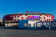 MOSKOU, RUSLAND - Mei 23, 2018: De mensen gaan door turnstiles over bij de ingang aan Spartak-stadion dat gastheren de gelijken v Royalty-vrije Stock Foto