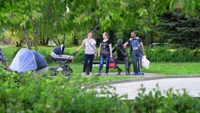 Moskou, Rusland - Mei 15 2018 De mensen met babywandelwagens in de zomer parkeren in Zelenograd stock footage