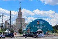 Moskou, Rusland - Mei 30, 2018: De officiële Wereldbeker Rusland 2018 van FIFA van de ventilatorwinkel op de achtergrond van de U Royalty-vrije Stock Foto's
