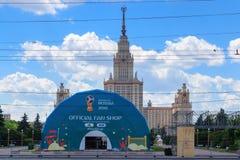 Moskou, Rusland - Mei 30, 2018: De officiële Wereldbeker Rusland 2018 van FIFA van de ventilatorwinkel op Musheuvels in zonnige d Stock Fotografie
