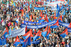 Moskou, Rusland, 01 Mei, 2014, de Scène van Rusland: De mensen nemen aan de Mei-dagdemonstratie deel op Rood vierkant in Moskou Stock Foto's