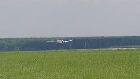 MOSKOU, RUSLAND 30 Mei, 2017: De vliegtuignord STER maakte het landen bij de luchthaven Domodedovo Gaat op de baan stock footage
