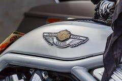Moskou, Rusland - Mei 04, 2019: Embleem van Harley Davidson-motorfietsen op de de tankclose-up van de steen zilveren brandstof r stock foto
