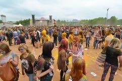 MOSKOU, RUSLAND - MEI 23, 2015: Festival van kleuren Holi in het Luzhniki-Stadion De wortels van dit fest zijn in India, waar het Stock Afbeeldingen
