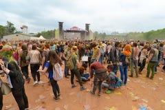 MOSKOU, RUSLAND - MEI 23, 2015: Festival van kleuren Holi in het Luzhniki-Stadion De wortels van dit fest zijn in India, waar het Stock Afbeelding