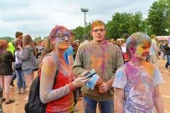 MOSKOU, RUSLAND - MEI 23, 2015: Festival van kleuren Holi in het Luzhniki-Stadion De wortels van dit fest zijn in India, waar het Stock Fotografie