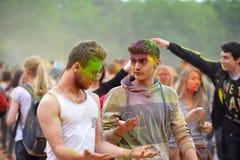 MOSKOU, RUSLAND - MEI 23, 2015: Festival van kleuren Holi in het Luzhniki-Stadion De wortels van dit fest zijn in India, waar het Royalty-vrije Stock Afbeeldingen