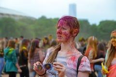 MOSKOU, RUSLAND - MEI 23, 2015: Festival van kleuren Holi in het Luzhniki-Stadion De wortels van dit fest zijn in India, waar het Royalty-vrije Stock Foto