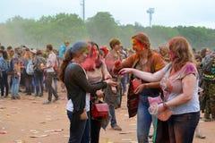 MOSKOU, RUSLAND - MEI 23, 2015: Festival van kleuren Holi in het Luzhniki-Stadion De wortels van dit fest zijn in India, waar het Stock Foto
