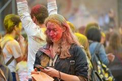 MOSKOU, RUSLAND - MEI 23, 2015: Festival van kleuren Holi in het Luzhniki-Stadion De wortels van dit fest zijn in India, waar het Royalty-vrije Stock Afbeelding