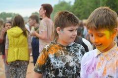MOSKOU, RUSLAND - MEI 23, 2015: Festival van kleuren Holi in het Luzhniki-Stadion De wortels van dit fest zijn in India, waar het Royalty-vrije Stock Foto's