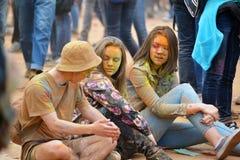 MOSKOU, RUSLAND - MEI 23, 2015: Festival van kleuren Holi in het Luzhniki-Stadion De wortels van dit fest zijn in India, waar het Royalty-vrije Stock Fotografie