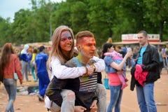 MOSKOU, RUSLAND - MEI 23, 2015: Festival van kleuren Holi in het Luzhniki-Stadion De wortels van dit fest zijn in India, waar het Stock Foto's