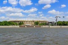 Moskou, Rusland - Mei 30, 2018: Grote sportenarena van Olympische complexe Luzhniki op een achtergrond van Moskva-rivier in zonni stock foto's