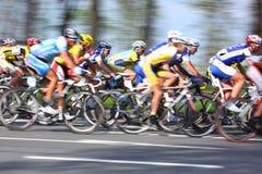 MOSKOU, RUSLAND - 6 Mei 2002: Het cirkelen marathon, langs stadsstraten, vertroebelde motieclose-up op blauw en geel stock foto