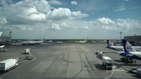 MOSKOU, RUSLAND - Mei 29, 2017: Internationale de luchthaventerminal van Moskou Domodedovo stock videobeelden