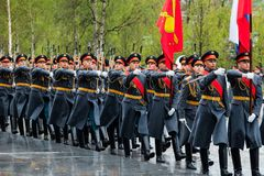 MOSKOU, RUSLAND - MEI 08, 2017: Maart-afgelopen parade van de Eerwacht van het 154 Preobrazhensky Regiment Regenachtig weer alexa Royalty-vrije Stock Afbeeldingen