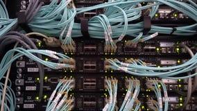 MOSKOU, RUSLAND - Mei 20, 2019: Optische server commutator Opvlammende lichten Optische vezel Scheidt computer in een rek bij stock video