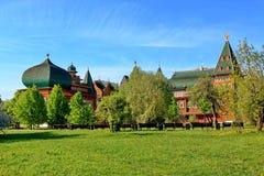 Moskou, Rusland - Mei 11, 2018: Paleis van Tsaar Alexei Mikhailovich en de schoonheid van aard royalty-vrije stock fotografie
