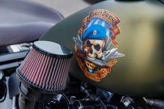 Moskou, Rusland - Mei 04, 2019: Tank van de steen de groene brandstof van Harley Davidson-motorfiets met schedel in blauwe baret  royalty-vrije stock afbeelding