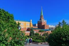 Moskou, Rusland - Mei 27, 2018: Troitskayatoren van Moskou het Kremlin in zonnige avond Mening van Alexandrovsky-Tuin royalty-vrije stock afbeeldingen