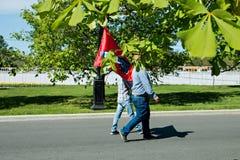 Moskou, Rusland, 9 Mei, 2018: twee mensen dragen de vlag stock afbeelding