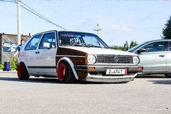 moskou Rusland - Mei 20, 2019: Wit in Houdingsstijl Volkswagen Golf wordt gestemd mk 1 die Lage auto met brede rode die wielen op royalty-vrije stock afbeelding