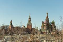 Moskou/Rusland - 04 2019: mening van de Kathedraal van het Basilicum van het Kremlin en St in de vroege lente royalty-vrije stock afbeeldingen