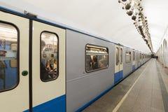MOSKOU, RUSLAND 11 05 2014 metro post Mendeleevskaya, Rusland Metro van Moskou vervoert meer dan 7 miljoen passagiers per dag Royalty-vrije Stock Foto