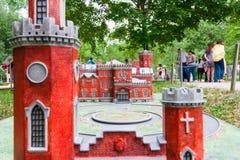 Moskou, Rusland 06/12/2019: Miniatuur van oude rode baksteenkasteel en toren royalty-vrije stock afbeeldingen