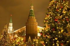 Moskou, Rusland Mooie Kerstbomen op Achtergrond het Kremlin stock afbeelding