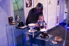 MOSKOU, RUSLAND - November 4, 2016: moeder en dochter die bekijken Royalty-vrije Stock Afbeeldingen