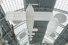 Moskou, Rusland - November 28, 2018: Vliegtuig en luchtschipmodellen Binnenland van het Ruimtepaviljoen bij VDNH stock afbeeldingen
