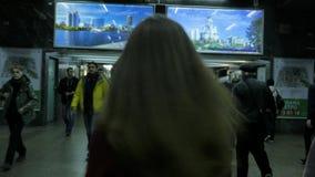 MOSKOU, RUSLAND - OCT 15, 2017: Jonge vrouw die in metro lopen waar een menigte van mensen stock footage