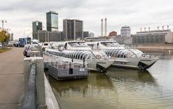 MOSKOU, RUSLAND - OKTOBER 24, 2017: Moderne commerciële klassenplezierboten van Radisson-vloot op de werf dichtbij het hotel de O Royalty-vrije Stock Afbeeldingen