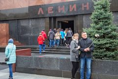 MOSKOU, RUSLAND - OKTOBER 06, 2016: Selfie-nemende toeristen op de achtergrond van het Mausoleum van Lenin ` s op het Rode Vierka Stock Foto