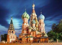 Moskou, Rusland - Rode vierkante mening van St Basilicum` s Kathedraal bij nig royalty-vrije stock foto's