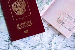 Moskou, Rusland - 05 10 Russische buitenlandse paspoorten van 2018 over kaart stock fotografie