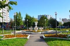 Moskou, Rusland - September 01 2016 Bloempot met goudsbloemen op Zelenograd-straat Stock Afbeelding
