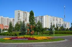Moskou, Rusland - September 01 2016 Bloempot met goudsbloemen op Zelenograd-straat Royalty-vrije Stock Afbeelding