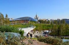 Moskou, Rusland - September 23 2017 De mensen lopen in park Zaryadye tegen de achtergrond van glasschors Stock Fotografie