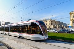 Moskou, Rusland - September 25 2017 De nieuwe tram is bij einde van Komsomolskaya-Vierkant Royalty-vrije Stock Foto