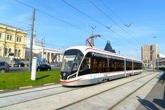 Moskou, Rusland - September 25 2017 De nieuwe tram is bij einde van Komsomolskaya-Vierkant Royalty-vrije Stock Foto's