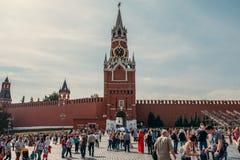 Moskou, Rusland - September 2018: De toeristen achter de Spasskaya-Toren is de belangrijkste doorgangstoren van Moskou het Kremli royalty-vrije stock foto
