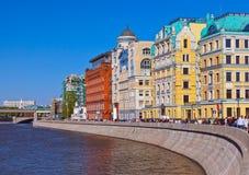 MOSKOU, RUSLAND - SEPTEMBER 05: Lopende mensen in dijk van M Royalty-vrije Stock Fotografie