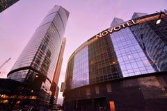 MOSKOU, RUSLAND - SEPTEMBER 15, 2016: Schemeringmening van het het de Stads Commerciële van Moskou Centrum en Novotel-hotel, Mosk Royalty-vrije Stock Afbeelding