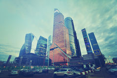 MOSKOU, RUSLAND - SEPTEMBER 15, 2016: Schemeringmening van het Stads Commerciële Centrum, Moskou, Rusland Instagramfilter Stock Fotografie