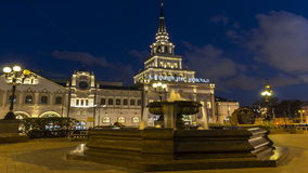 Moskou; Rusland, September - seconde-twee duizend zestien jaar; Fontein op het vierkant van Drie station in Moskou, nachtscène stock videobeelden